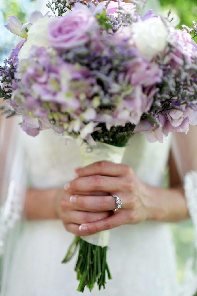 rose bianche e viola